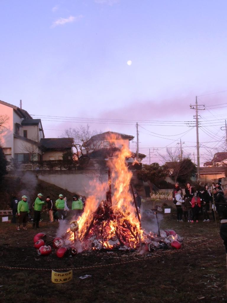 どんど焼きの炎と朝の月